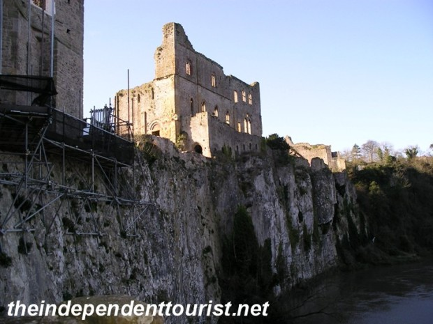 This image shows the Great Tower and how it and the castle walls sit right on the edge of the cliff over the River Wye.
