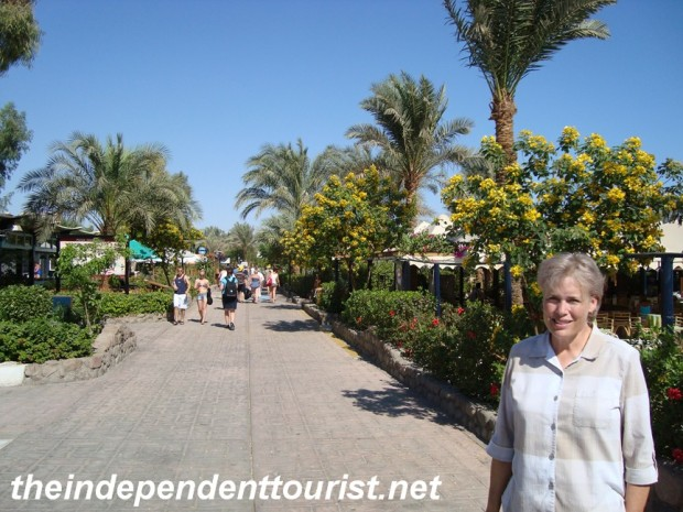 The promenade at Na'ama Bay - lined with restuarants and shops.